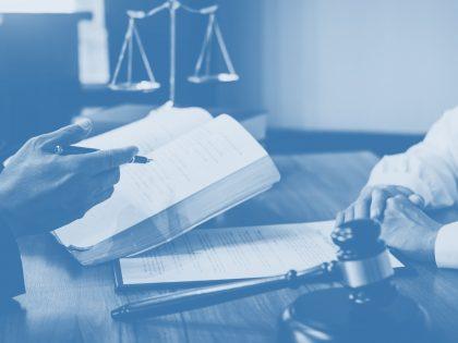 Η επαναφορά της υποχρεωτικής παράστασης των δικηγόρων